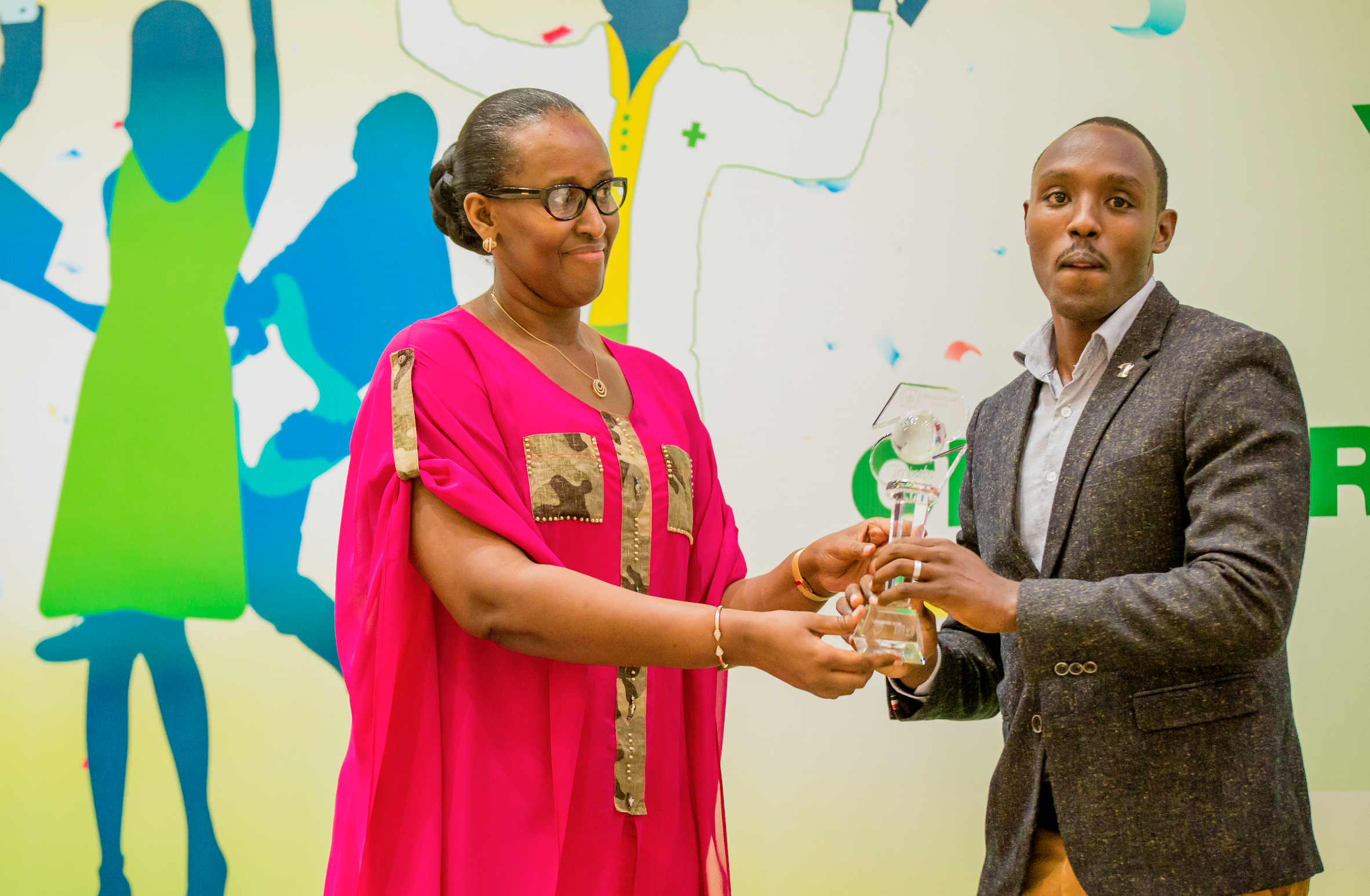 Mrs. Kagame awarding Umuseke as Young achievers 2017